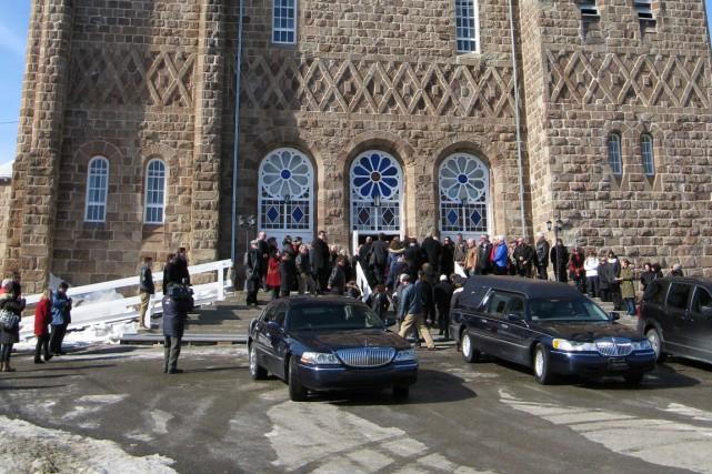 L'église Saint-Michel-de-Percé débordait vendredi pour les funérailles de... (Photo collaboration spéciale Geneviève Gélinas)