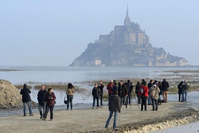 Au Mont-Saint-Michel, des touristes venus de tous les... (Photo AP)