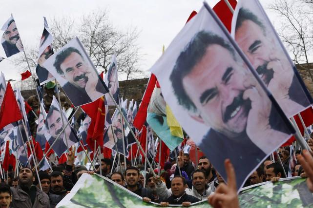 Des manifestants brandissent des photos d'Abdullah Öcalan lors... (PHOTO MURAD SEZER, REUTERS)
