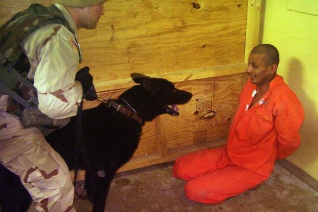 Le sergent Michael Smith et son chien Marco... (PHOTO ARCHIVES AP)