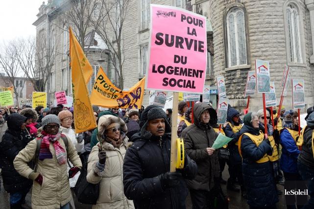 Plus de 500 personnes ont manifesté samedi après-midi,... (Le Soleil, Erick Labbé)