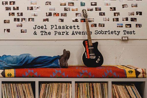 Le rockeur néoécossais Joel Plaskett s'apprête à percuter le mur de la...