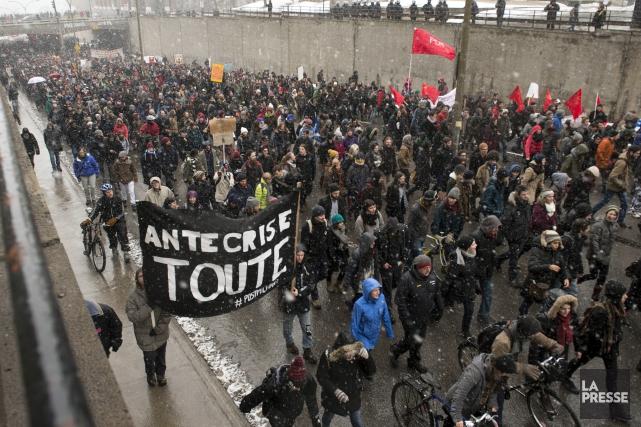 Quelques miliers de personnes ontdéambulé dans les rues... (Photo Ryan Remiorz, La Presse Canadienne)
