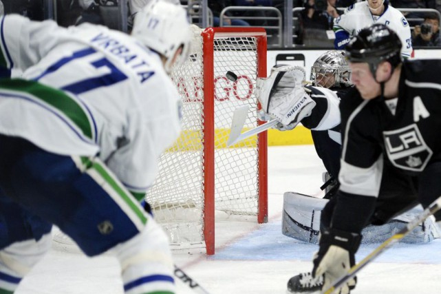 Jonathan Quick (32) est incapable de bloquer le... (PHOTO KELVIN KUO, ARCHIVES USA TODAY)