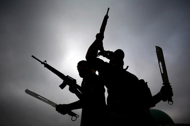 Sur la photo, des combattants s'en vont affronter... (PHOTO HAIDAR HAMDANI, AGENCE FRANCE PRESSE)