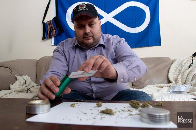 Un ancien combattant,Clayton Goodwin, se prépare à inhaler... (PHOTO Adrian Wyld, LA PRESSE CANADIENNE)