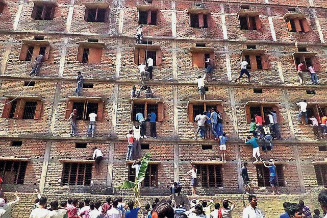 Des personnes ont escaladé des murs pour souffler... (PHOTO PRESS TRUST OF INDIA)