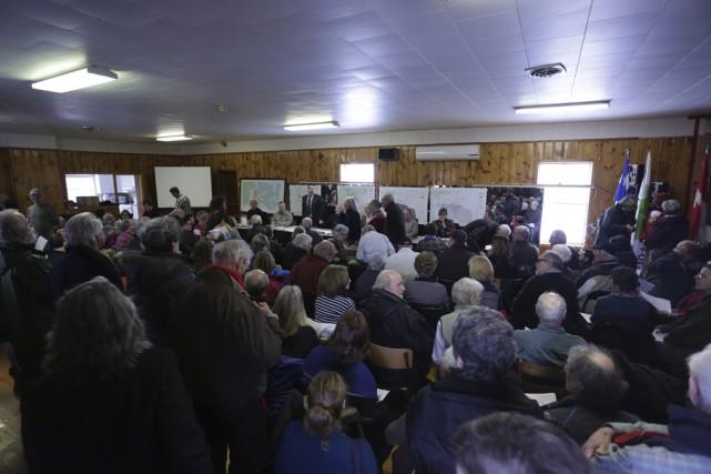 Les citoyens s'étaient déplacés en grand nombre pour... (photo Catherine Trudeau)
