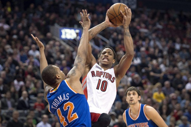 DeMar DeRozan (10) tente une passe face à Lance... (PHOTO DARREN CALABRESE, PC)