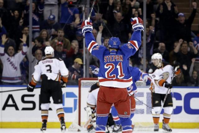 Derek Stepan a stoppé une longue disette avec deux buts et une passe alors que... (Photo: AP)