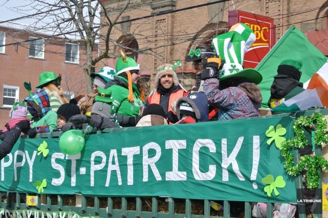 Malgré le froid, le défilé de la Saint-Patrick... (La Tribune, Christine Bureau)