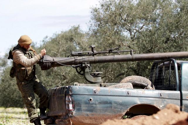 Un rebelle ajuste une arme en Syrie.... (PHOTO REUTERS)