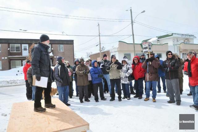 Une cinquantaine de personnes se sont attroupées devant... (Photo: Émilie O'Connor, Le Nouvelliste)