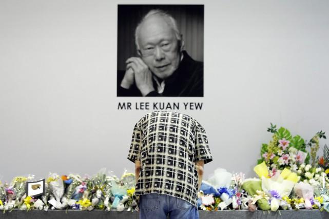 Un homme se recueille devant une photographie de... (PHOTO WONG MAYE-E, AP)