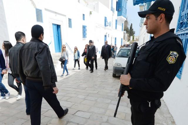 Un policier monte la garde dans une rue... (PHOTO FADEL SENNA, AFP)