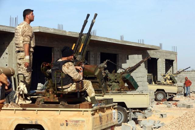 Des combattants de Fajr Libya, près de Syrte,... (PHOTO MAHMUD TURKIA, ARCHIVES AFP)