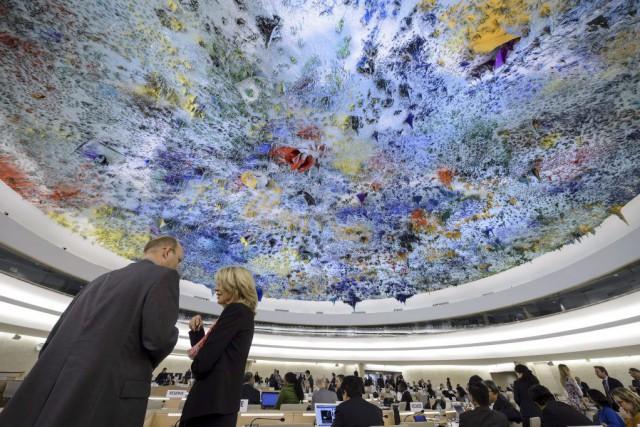 Des délégués discutent avant le début de la... (PHOTO FABRICE COFFRINI, AFP)