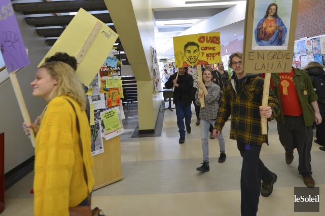 Des étudiants en grève à l'Université Laval... (Photothèque Le Soleil, Yan Doublet)
