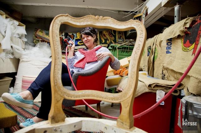 L'«artiste-meublière» Anne-Marie Dion ressuscite les canapés mal-aimés sans... (PHOTO ALAIN ROBERGE, LA PRESSE)