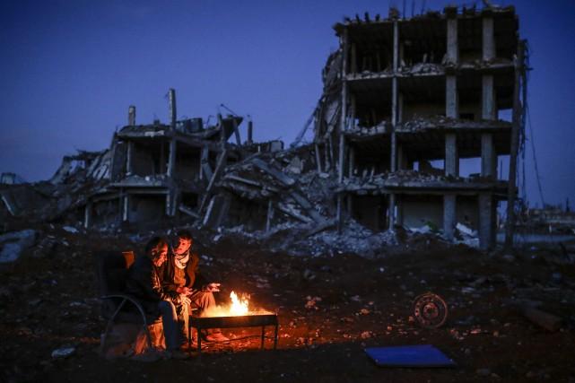 Des habitants kurdes de Kobané tentent de se... (PHOTO YASIN AKGUL, AFP)