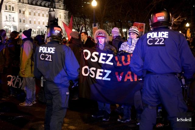 Un manifestant arrêté par la police de Québec... (Le Soleil, Erick Labbé)