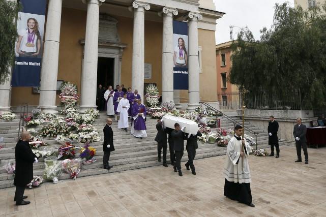 Parmi les proches venus rendre hommage à Camille... (PHOTO VALERY HACHE, AFP)