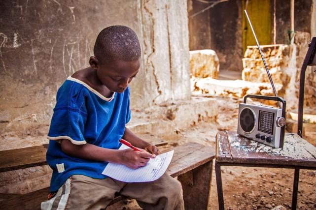 Un garçon suit un cours retransmis à la... (PHOTO MICHAEL DUFF, ARCHIVES AP)