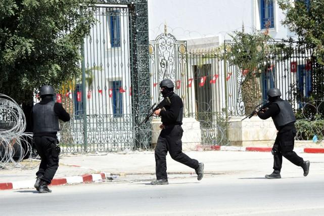 Des membres des forces de sécurité tunisiennes arrivent... (PHOTO FETHI BELAID, ARCHIVES AFP)