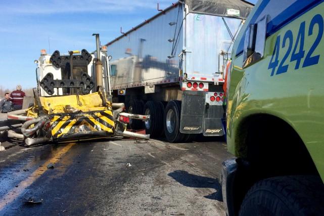Un camion semi-remorque a heurté avec beaucoup de vélocité un camion de... (Photo collaboration spéciale Éric Beaupré)