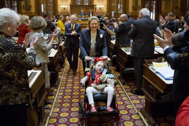 Jamie Cox est applaudie par des élus de... (Photo: AP)