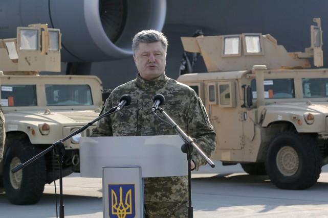 C'est en tenue de camouflage que le président... (Photo: AP)