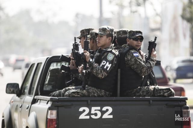 Des policiers en patrouille dans la ville deSan... (Photo: Olivier Pontbriand, archives La Presse)