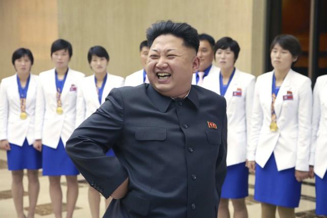 Kim Jong-un passe en revue des athlètes nord-coréennes... (PHOTO ARCHIVES REUTERS)
