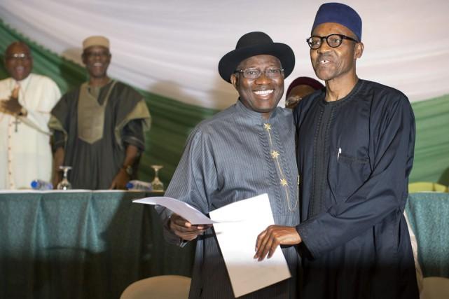 Le président sortant Goodluck Jonathan (à gauche) et... (PHOTO BEN CURTIS, AP)