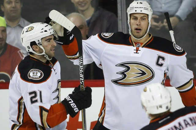 Kyle Palmieri et Ryan Getzlaf.... (PHOTO JEFF MCINTOSH, ARCHIVES LA PRESSE CANADIENNE)