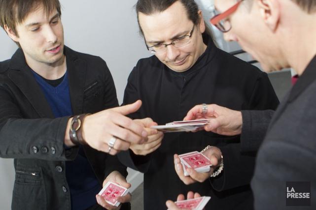 Luc Langevin et deux magiciens complices, Mathieu Bich... (PHOTO OLIVIER PONTBRIAND, LA PRESSE)