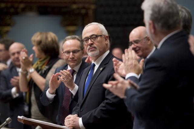 Le ministre des Finances Carlos Leitao, au centre,... (PHOTO JACQUES BOISSINOT, LA PRESSE CANADIENNE)