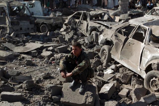 Un membre des forces de sécurité yéménites constate... (PHOTO MOHAMMED HUWAIS, AFP)