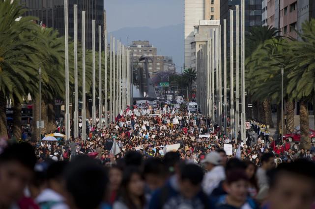 Plusieurs milliers de personnes ont manifesté dans les... (PHOTO REBECCA BLACKWELL, AP)