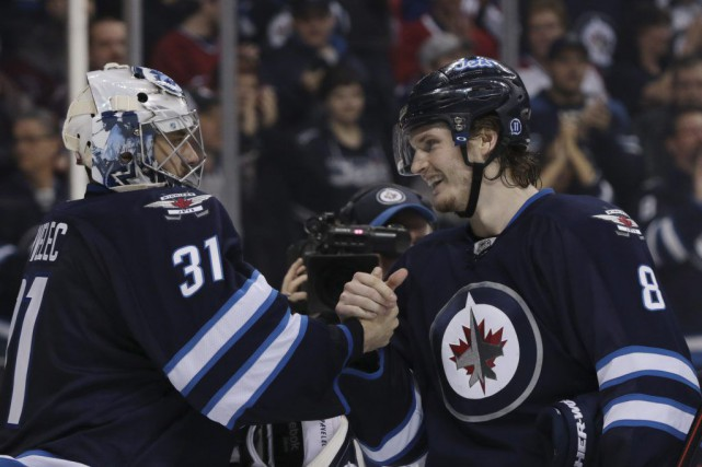Ondrej Pavelec (31) et Jacob Trouba (8) célèbrent... (PHOTO J. CAREY LAUDER, USA TODAY)
