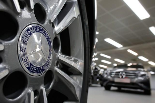 Le constructeur allemand de voitures haut de gamme et de camions Mercedes-Benz... (PHOTO CHRISTIAN HARTMANN, ARCHIVES REUTERS)
