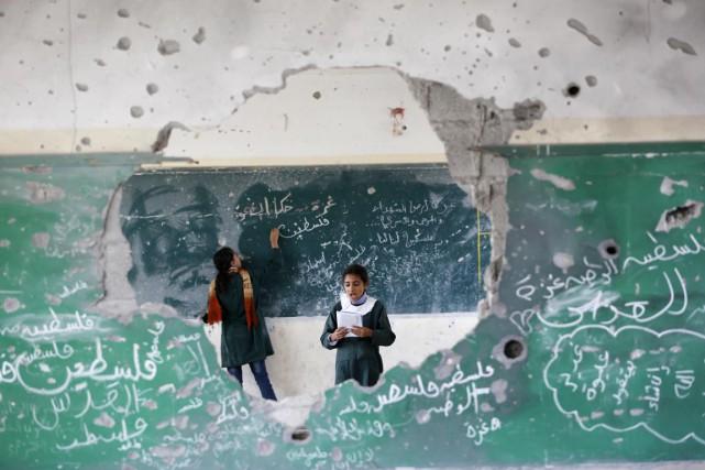 Des jeunes filles palestiniennes jouent à l'intérieur de... (PHOTO MOHAMMED ABED, ARCHIVES AFP)