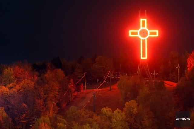 Le croix du mont Bellevue sera éteinte samedi... (Archives La Tribune)