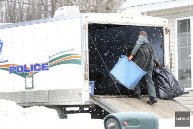 Les policiers de la MRC des Collines procèdent... (Étienne Ranger, LeDroit)