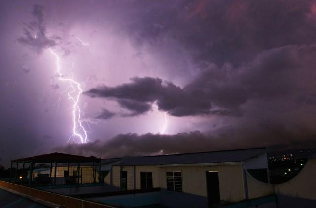 La foudre est tombée jeudi soir en Équateur sur une école de formation pour... (Photo d'archives)