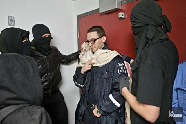 Des manifestants masqués ont tenté de pénétrer à... (PHOTO PATRICK SANFAÇON, LA PRESSE)