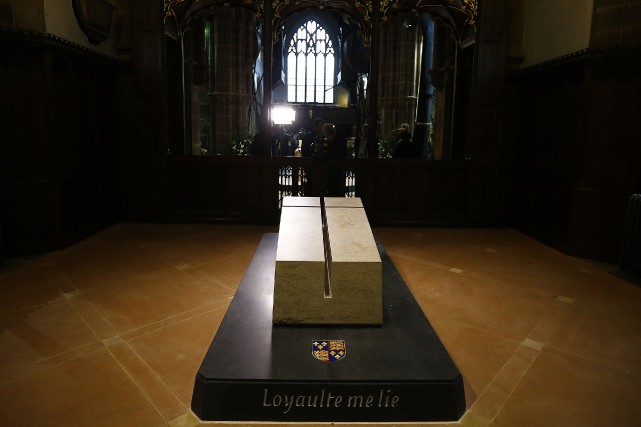 Rectangulaire, la pierre tombale est orientée vers l'est,... (PHOTO DARREN STAPLES, REUTERS)