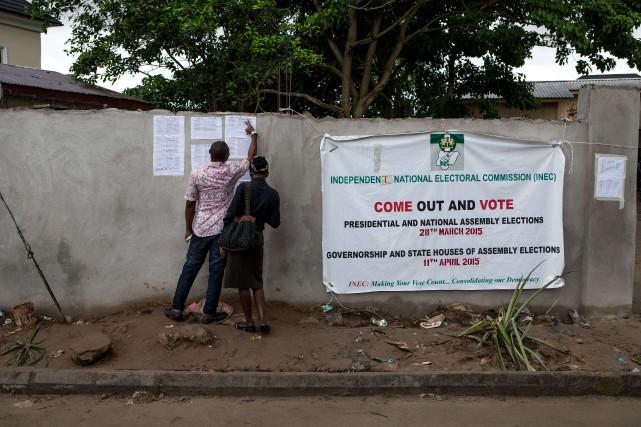 Des bénévoles cherchent sur une feuille l'emplacement de... (PHOTO FLORIAN PLAUCHEUR, AFP)