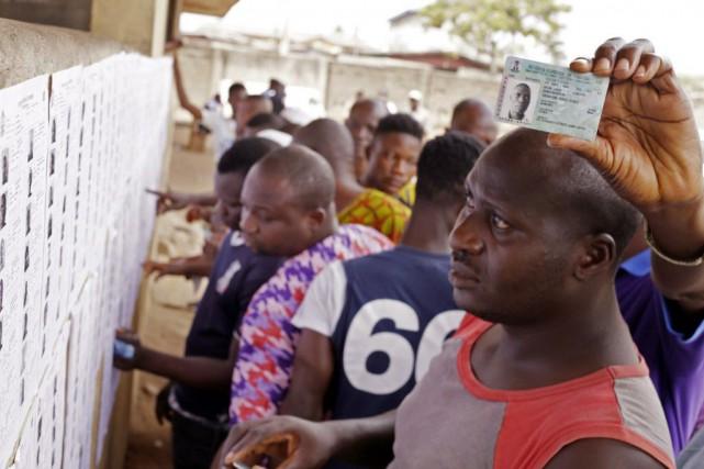 Les Nigérians se pressaient samedi vers les bureaux... (Photo Kunle Ogunfuyi, AP)
