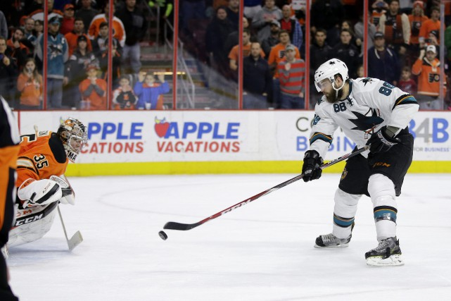 Le joueur des Sharks Brent Burns compte le but... (PHOTO MATT SIOCUM, AP)